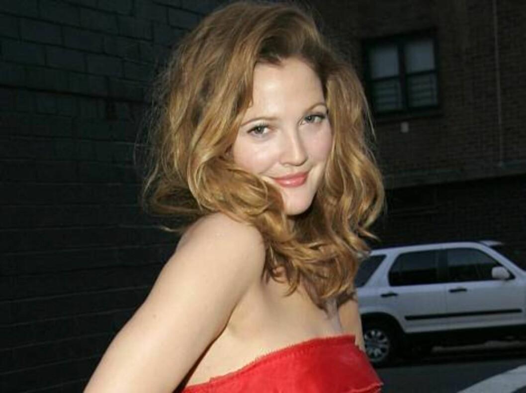 SINGEL: Søte Drew Barrymore nyter livet som singel og tester stadig ut nye gutter. Foto: All Over Press