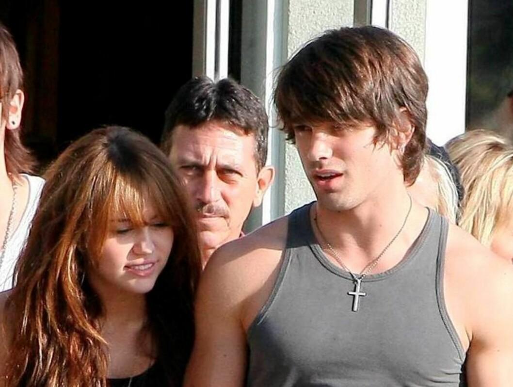 BARE VENNER? I helgen tok tenåringsidolet Miley Cyrus med seg undertøysmodellen Justin på en shoppingtur. Foto: All Over Press
