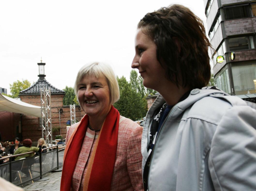 PÅ LATTER: Tidligere kulturminister og Krf-politiker Valgerd Svarstad Haugland hadde tatt med datteren til Latter. Foto: Seher.no