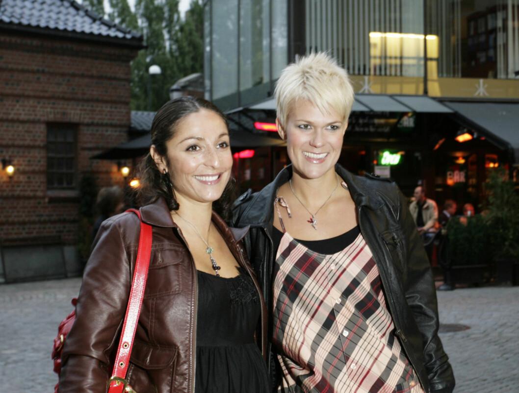 PÅ LATTER: Sigrid Bonde Tusvik (28) og Lisa Tønne (30) er begge kjent for å være komikere, men i kveld var det Anne Kat skulle få folk til å le. Foto: Kirsti Ertsås, Seher.no