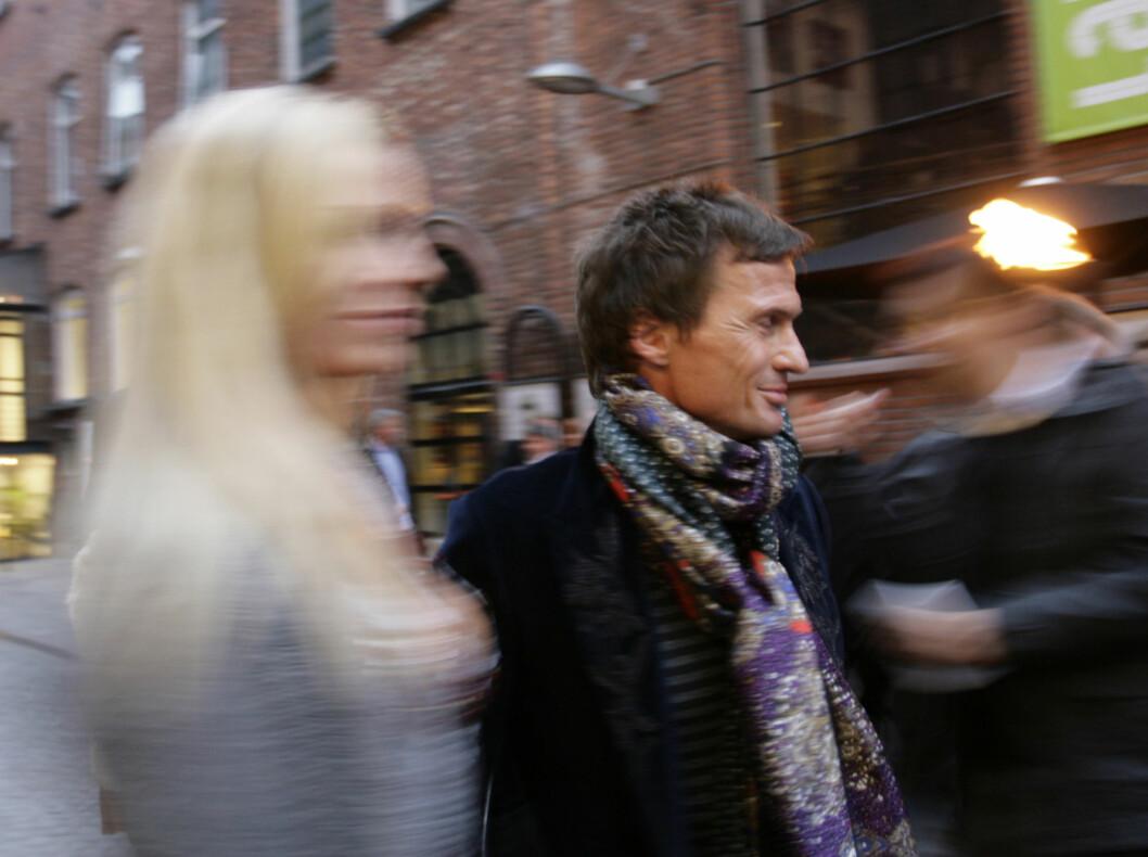 TRAVEL: Petter Stordalen (45) og kjæresten Gunhild Melhus (28) hastet travelt forbi pressekorpset da de ankom Latter. Foto: Seher.no