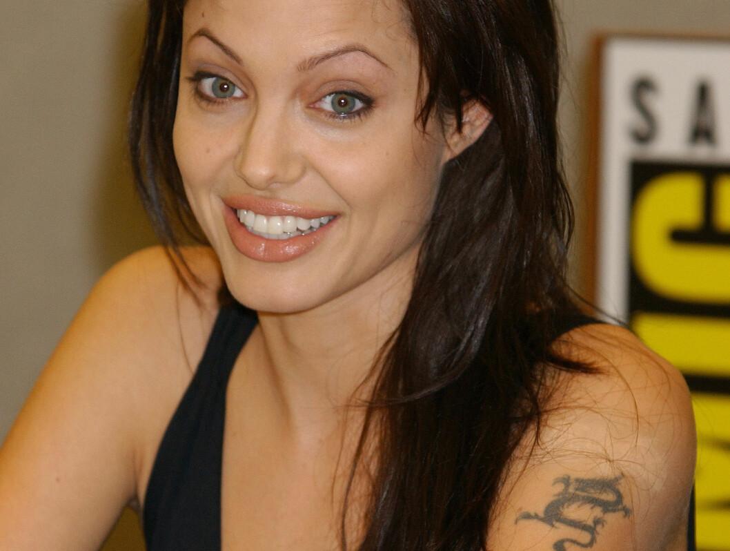 <strong>SLUTT:</strong> Men etter tre år som gift, gikk Jolie og Thornton hver til sitt. Så gikk førstnevnte til laserklinikken for å fjerne eksmannens navn på armen. Foto: All Over Press