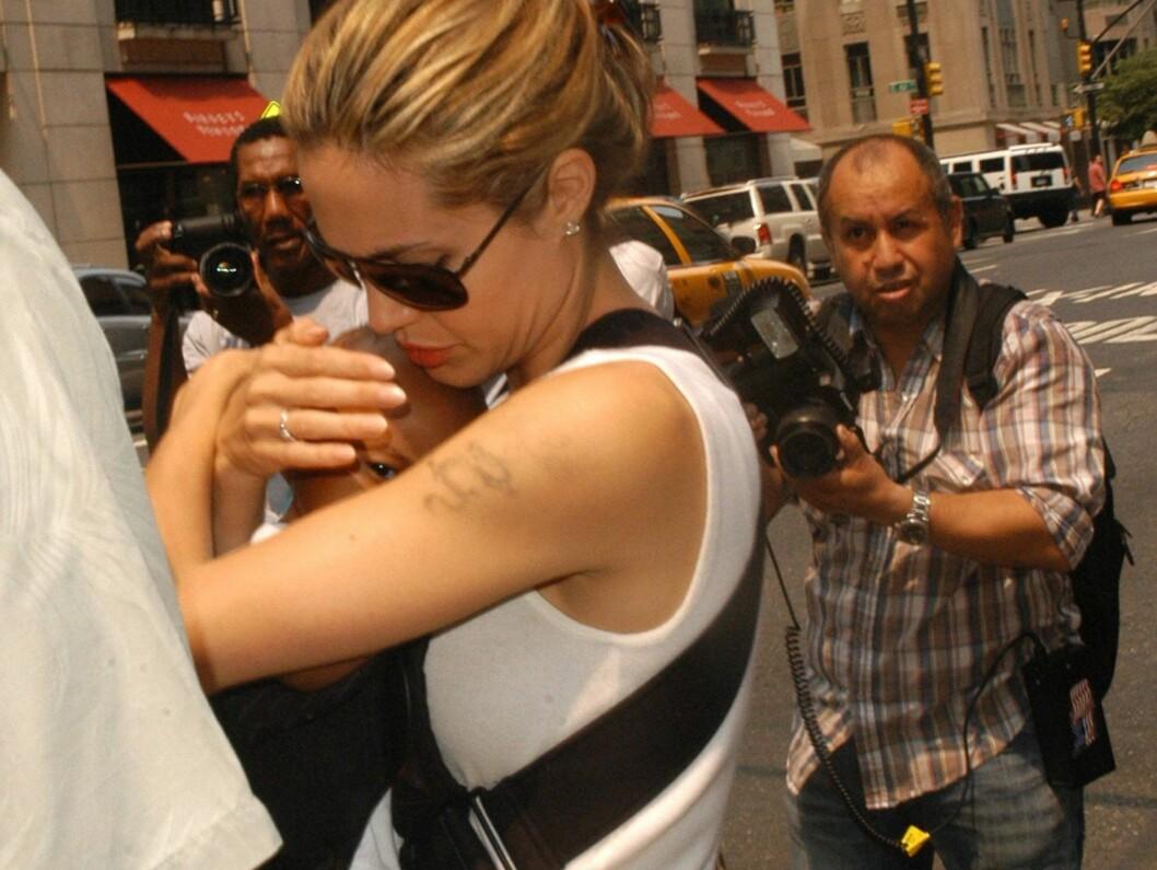 <strong>NESTEN BORTE:</strong> Jolie har brukt mye tid og penger på å fjerne tatoveringen som symboliserte hennes kjærlighet overfor Billy Bob. Foto: All Over Press