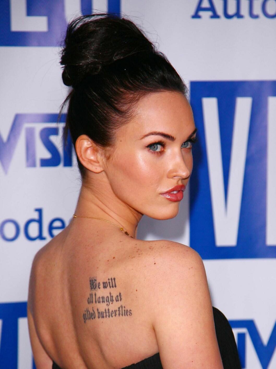 <strong>TEMMELIG HEMMELIG:</strong> Megan Fox sies å være en yngre utgave av Angelina. De elsker begge tatoveringer, og Fox har mange! Hun har blant annet navnet til forloveden Brian Austin Green på bikinilinjen... Foto: All Over Press