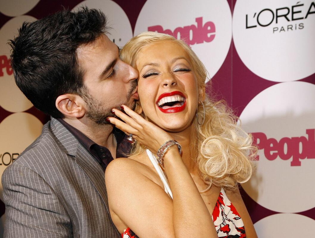 <strong>HOLDER SAMMEN:</strong> For er det noen som er glade i hverandre, så er det Aguilera og ektemannen Jordan Bratman. Foto: AP