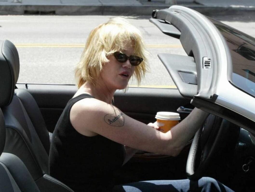 <strong>BERØMT TATOVERING:</strong> Den er ikke liten, den tatoveringen som viser at Melanie Griffith elsker sin Antonio Banderas. Foto: All Over Press