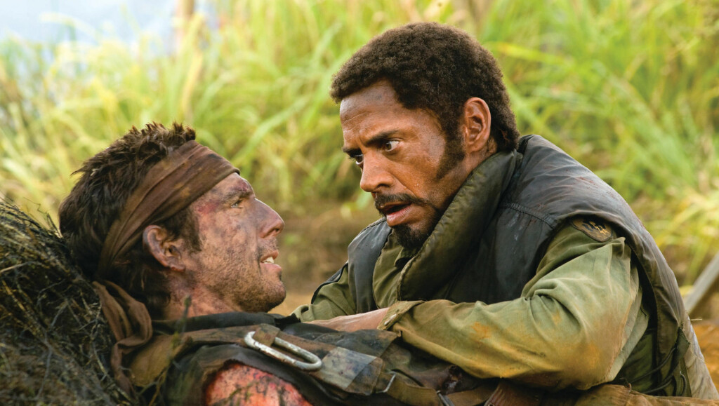 """UGJENKJENNELIG: Robert Downey Jr. går fra hvithudet til mørkhudet i """"Tropic Thunder"""". Her er han i jungelen sammen med motspilleren Ben Stiller. Foto: Filmweb"""