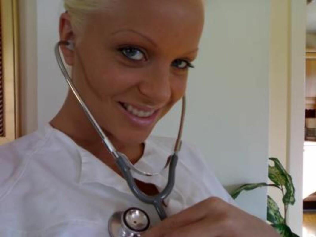 TRIVES: Cathrine tar jobben sin som sykepleier svært seriøst, sier mamma Inger. Foto: Faksimile Cathrines blogg/sehe
