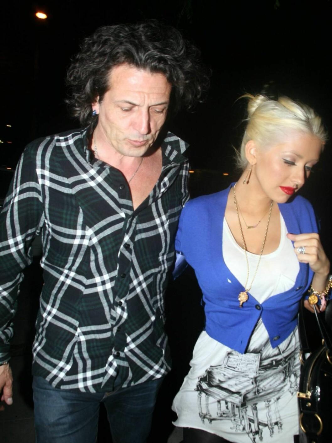 I FARTA: Christina Aguilera var lettere beruset da hun kom ut av en nattklubb i Hollywood forleden. Her er den nybakte mammaen i armene til en ukjent mann.  Foto: All Over Press