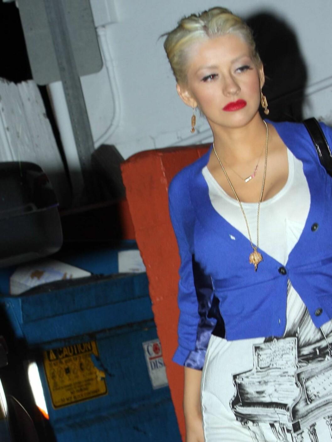LETTPÅVIRKET? Christina Aguilera skal ha vært synlig beruset da hun kom ut fra en klubb i Hollywood.  Foto: All Over Press