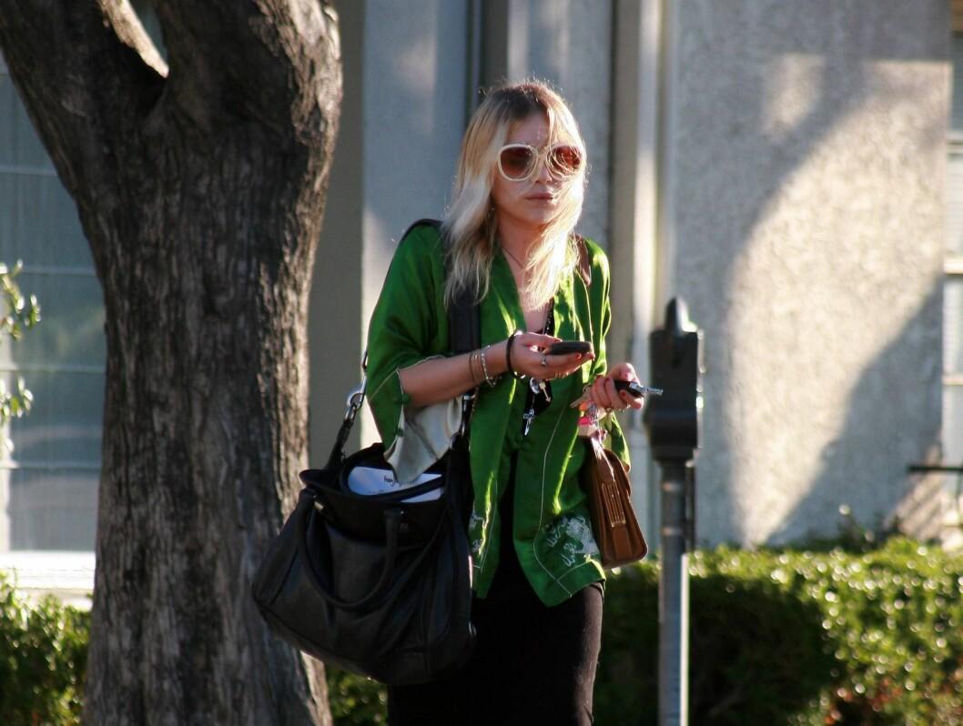 PÅ LISTA: In Touch har kåret Ashley og Mary-Kate Olsen til de to som fornærmer mote mest. Her er Mary-Kate ute på tur. Foto: All Over Press