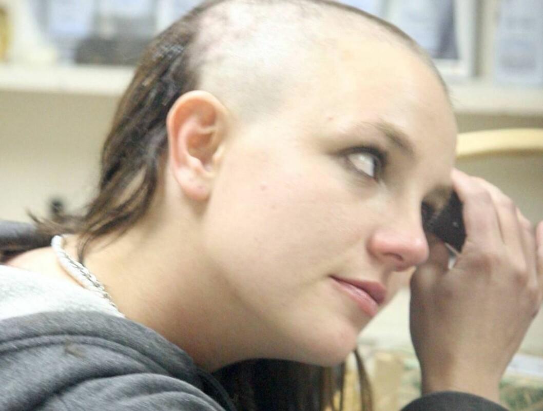 SJOKK: Britney har stått for flere av årets største kjendisoverskrifter. Her barberer hun av seg hele manken. Foto: All Over Press
