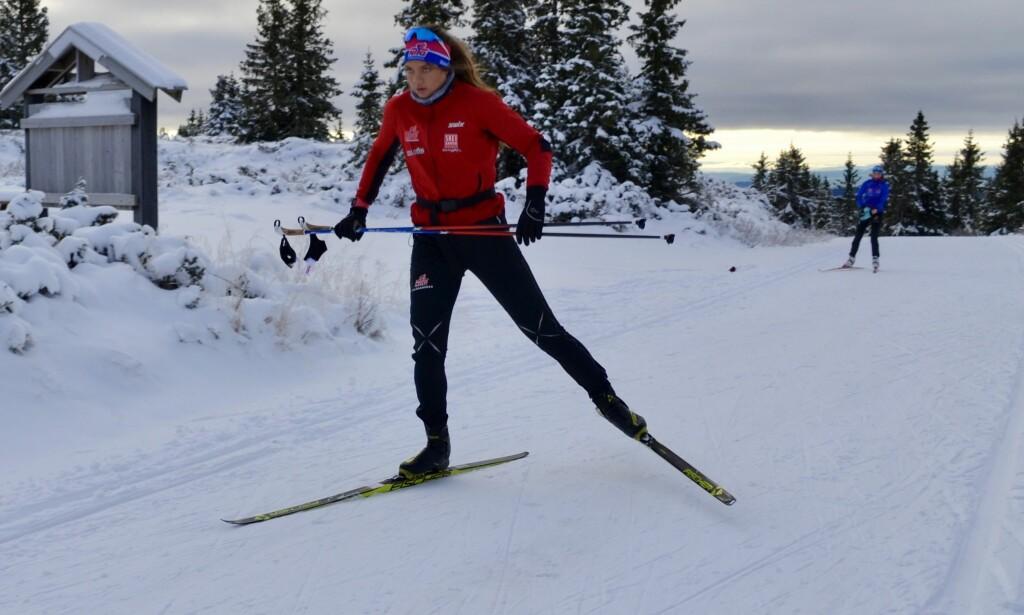 BALANSEKUNST: Å trene på ski uten å bruke stavene tvinger deg til å finne balansen og gir deg mye bedre teknikk. Foto: KRISTIN ROSET