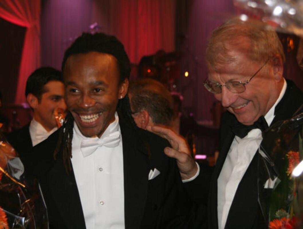 SEXY BACK: Tshawe har planene klare for neste uke. Han skal bli mer sexy. Her er han sammen med dommer Trond Harr.  Foto: Seher.no
