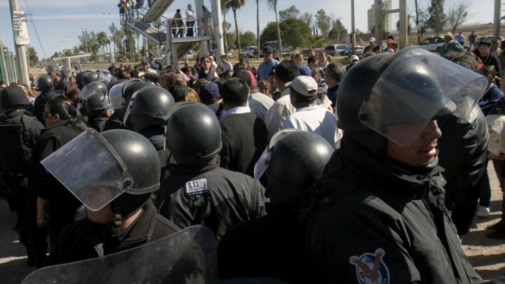 OVERFYLT FENGSEL: Mexikansk politi utenfor fengselet i Durango der 23 personer ble drept. AFP/Mario Vazquez