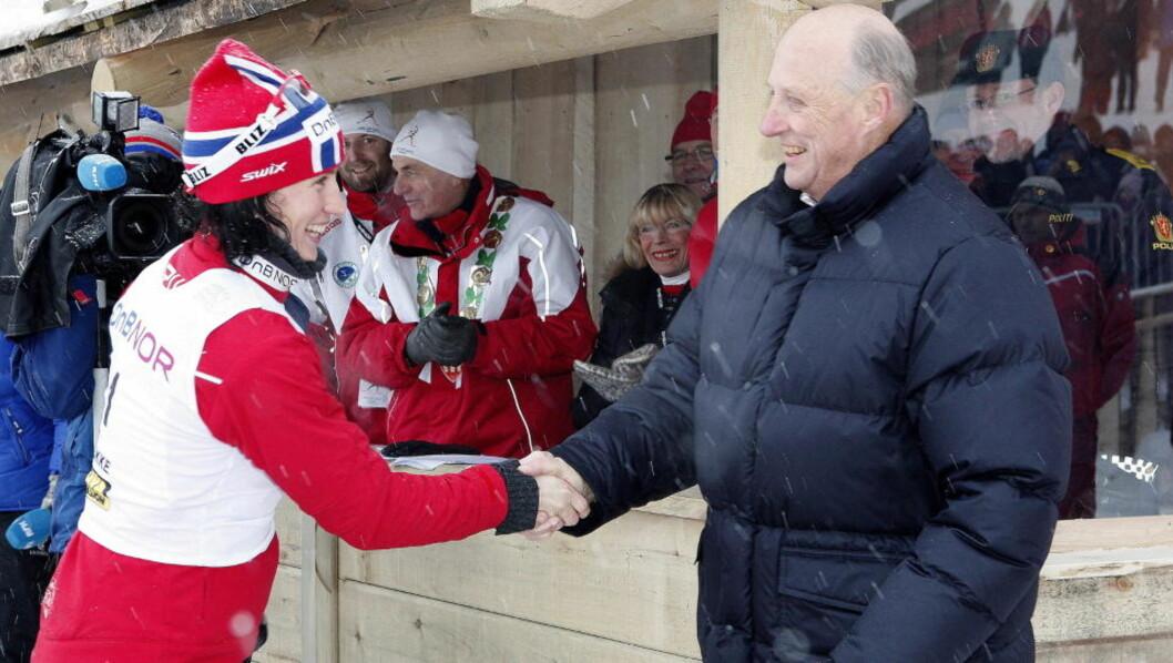 <strong>FIKK AUDIENS:</strong> Marit Bjørgen gratuleres av kong Harald etter at hun torsdag vant 10 km fri teknikk under NM på ski i Stokke. Foto: Gorm Kallestad / SCANPIX