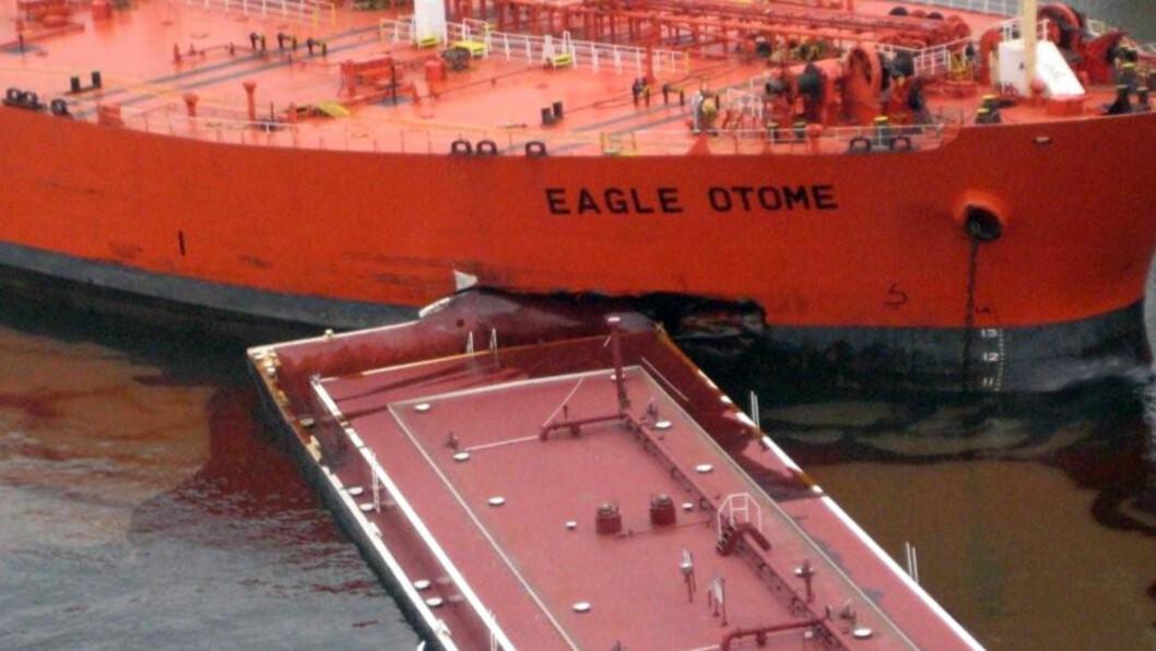 LEKKER RÅOLJE: Tankskipet Eagle Otome kolliderte lørdag med en lekter i havna i Port Arthur på USAs sørkyst, rundt 160 kilometer øst for storbyen Houston i delstaten Texas. Ingen mennesker kom til skade, men store mengder råolje rant ut fra tankeren. Den amerikanske kystvakten har lagt ut rundt 1.200 meter lenser for å hindre at oljen sprer seg og gjør stor skade på miljøet. Foto: REUTERS / USAs kystvakt / SCANPIX