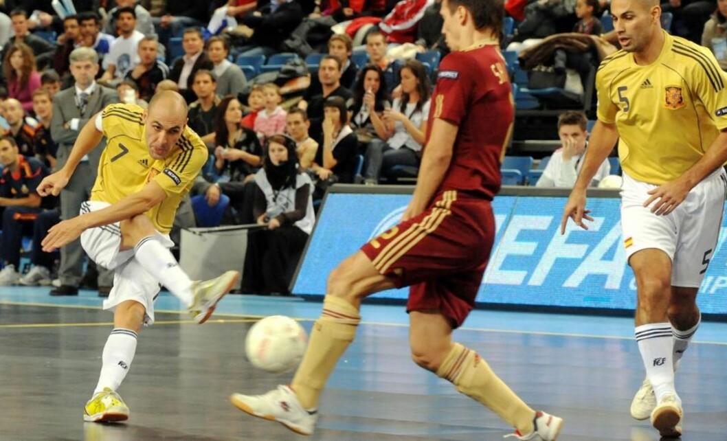 <strong>JUBLET VILT:</strong> Javier Rodriguez (nummer 7) var helt sikker på at han hadde sendt Spania videre til semifinale etter sin scoring i straffesparkkonkurransen mot Russland. I stedet måtte han vente i spenning noen runder til.Foto: SCANPIX/AP/MTI/Tibor Olah