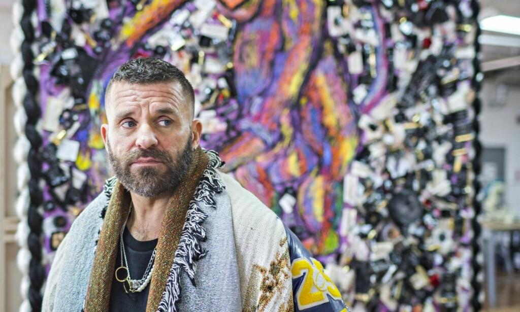 VIL BYGGE DØDSHUS: Bjarne Melgaard i sitt atelier i New York. Nå vil han bygge et svart «dødshus» i Edvard Munchs gamle kunstnerkoloni på Ekely. Prosjektet er omstridt. Foto: Johannes Worsøe Berg