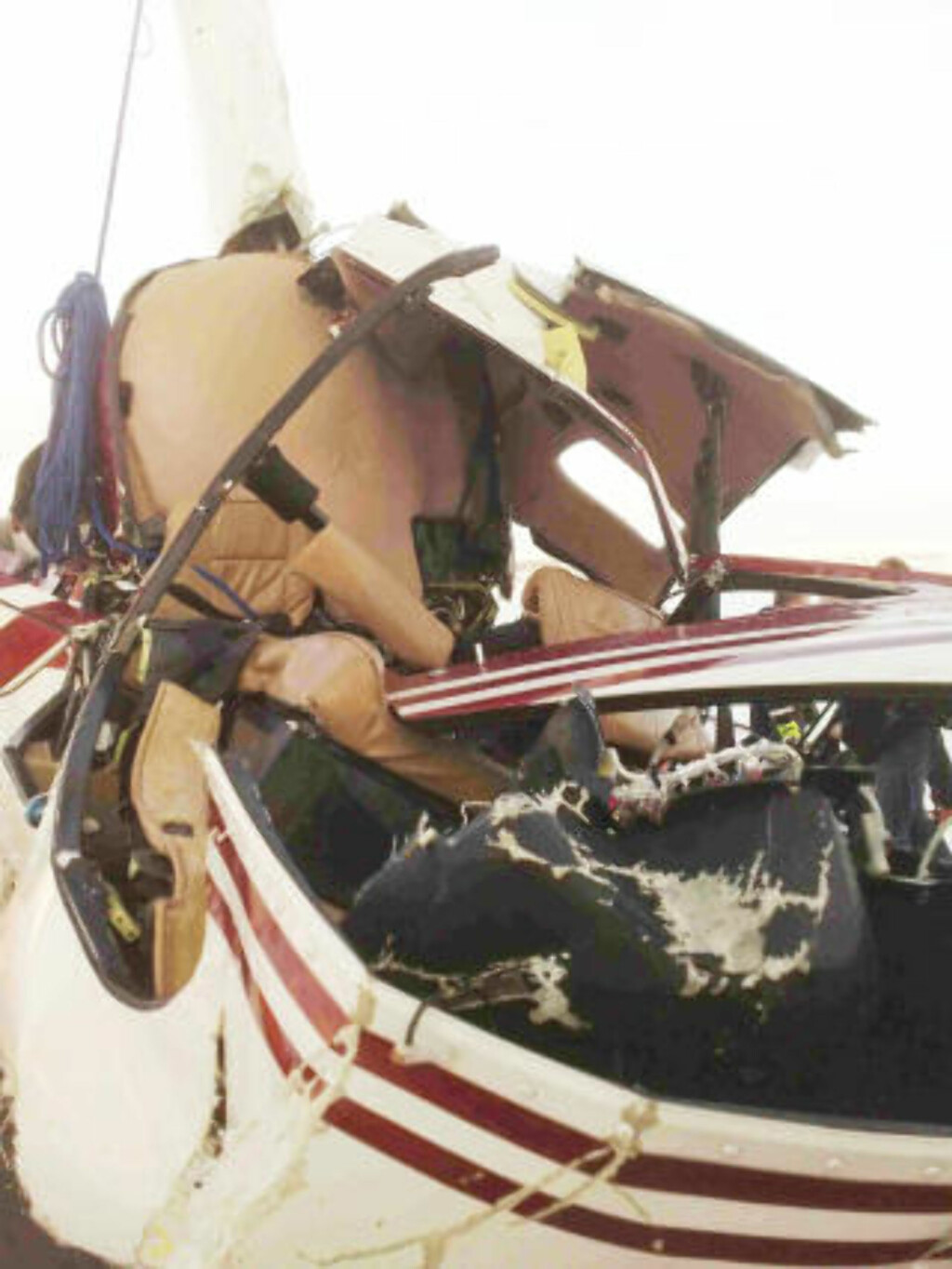 STORE SKADER: Helikopteret ble trolig knust da det traff isen. MMS-foto: Eiliv Frich Flydal