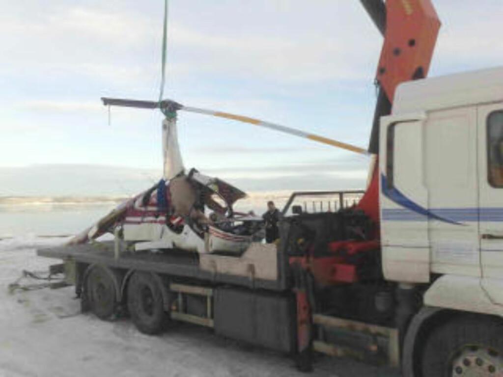 SKAL FRAKTES BORT: Helikopteret har som en kan se fått store skader. MMS-foto: Eiliv Frich Flydal