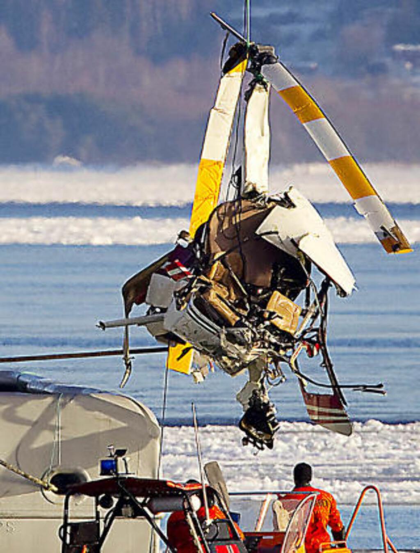 STORE SKADER: Helikopteret fikk trolig store skader i sammenstøtet med isen da det styrtet i går kveld. Deretter sank maskinen ned til 15 meters dyp. Foto: Bjørn Langsem.