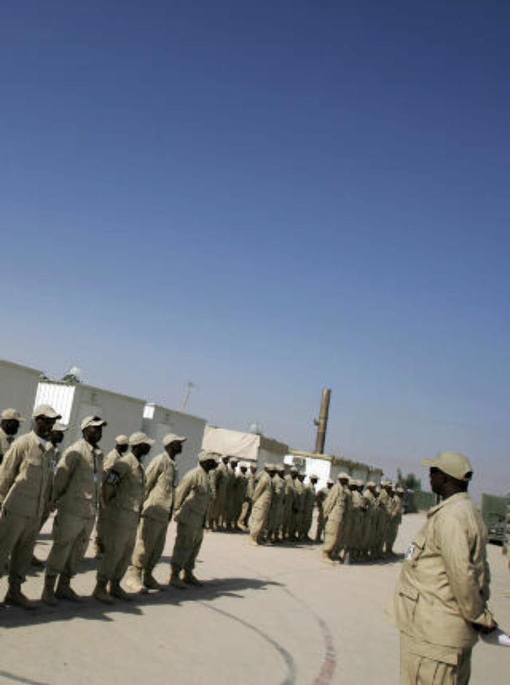 PARAT: Her står ugandiske leiesoldater på oppstilling for EODT, vel framme i Mahmudiyah. EODT er selskapet Askar Security rekrutterer til i Irak. Foto: AFP/Scanpix
