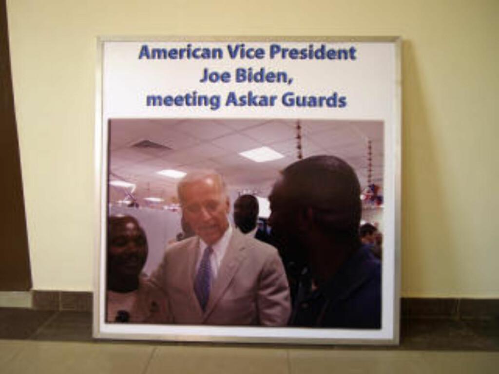 FINT BESØK: Plakaten med bilde av en smilende Joe Biden står ved siden av resepsjonen hos Askar Security. Foto: Torgeir P. Krokfjord/Dagbladet