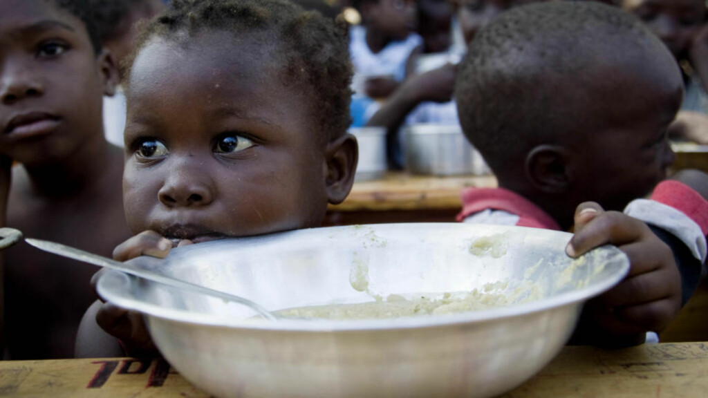 MAT FRA FN: Disse barna i Port-au-Prince får mat hver dag fra FN. Nå har FN også satt i gang et større system med utdeling av mat. Foto: REUTERS/Marco Dormino/UN/MINUSTAH/Handout/Scanpix
