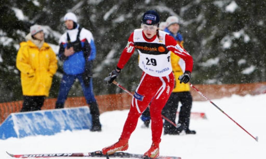GULLGROSSIST: Ingvild Flugstad Østberg tok sitt sjuende gull i junior-VM i karrieren da hun gikk Norge inn til gull foran Finland på sisteetappen på stafetten. Foto: Håkon Mosvold Larsen / SCANPIX