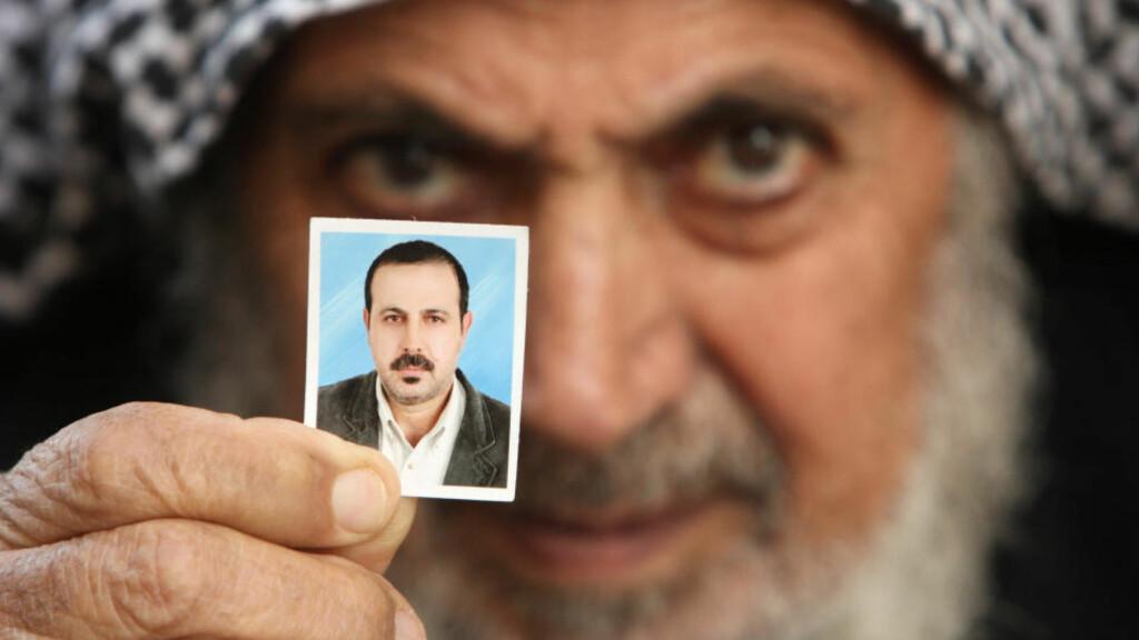 MYSTISKE OMSTENDIGHETER: Faren til Hamas-lederen Mahmoud al-Mabhouh holder opp et bilde av den drepte sønnen. Foreløpig er det kommet motstridende opplysninger om dødsårsaken. Al-Mabhouh ble funnet drept på sitt hotellrom i Dubai 20. januar. Foto:REUTERS/Mohammed Salem/SCANPIX