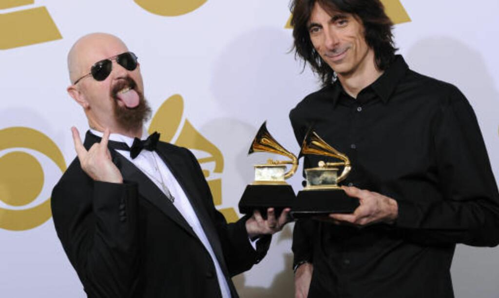 BESTE METAL-FREMFØRING: Også Judas Priest (debuterte i 1974) fikk sin første Grammy i natt. Den ble tatt imot av vokalist Rob Halford (til venstre) og trommeslager Scott Travis. Foto: SCANPIX/AP Photo/Mark J. Terrill