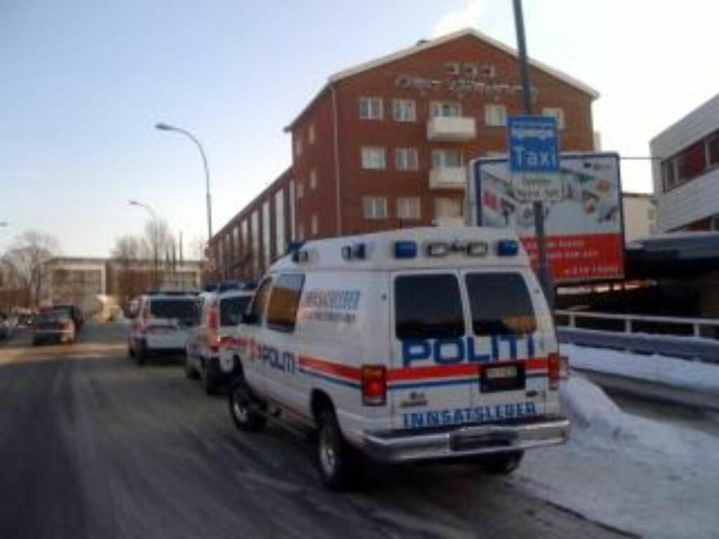 JAKTER HVIT BIL:  Gjerningsmannen skal ha stukket fra stedet i en hvit bil. Foto: Jon Terje Pedersen