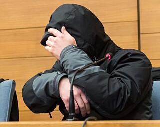 SKJULER ANSIKTET: Den 40-årige toglederen skjuler ansiktet for kameraene i retten. Foto: Peter Kneffel / EPA / NTB Scanpix