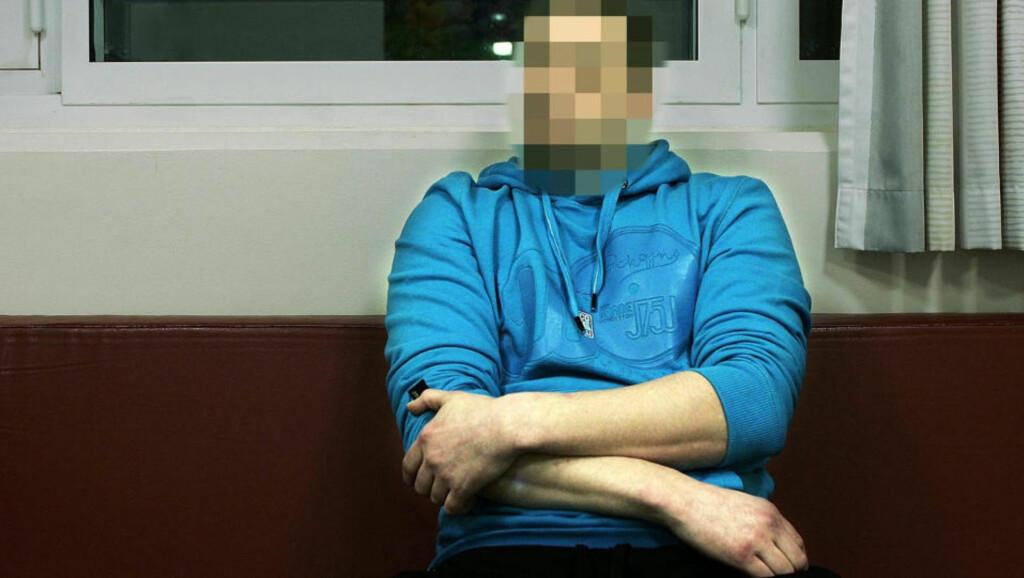 - BESATT AV ONDE DEMONER: Den halliktiltalte 29-åringen som er tiltalt for hallikvirksomhet, gjentatt voldtekt mot to kvinner og seksuell omgang med en mindreårig jente mot vederlag, skal ifølge den ene fornærmede ha sagt at han måtte ha sex med kristne jomfruer for å healses fra onde demoner. Her sitter han i Tromsø fengsel. Foto: Torgrim Rath Olsen / Nordlys