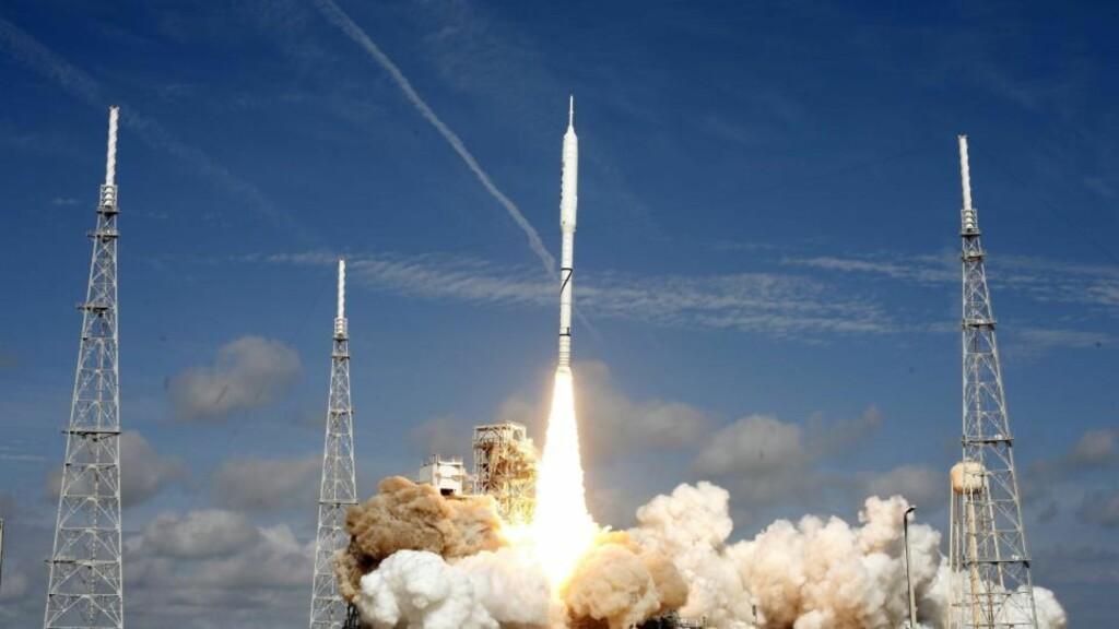 FØRSTE OG SISTE FERD. NASA sendte testraketten Ares I-X ut på en seks minutter lang flyvning i oktober. I dag ble det klart at Obama vil kansellere Constellation-programmet og romferjeavtakerne Ares I og Ares V. Foto:  EPA/GARY I ROTHSTEIN/Scanpix