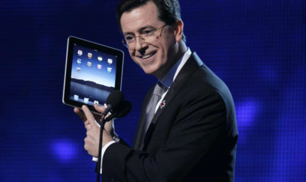 FENOMEN: Stephen Colbert kan være så ironisk han bare vil. Da han åpnet Grammy-utdelingen med en iPad natt til i går, ble nok et Apple-produkt en del av vår kollektive bevissthet. Foto: SCANPIX
