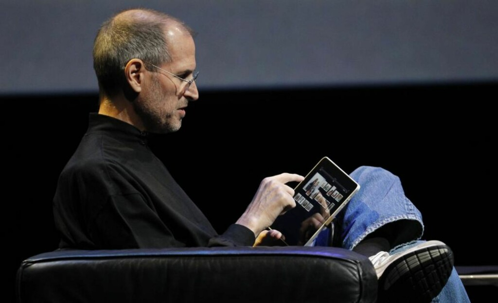 HOLDER DEG FAST: Steve Jobs' og Apples surfebrett er brukervennlig og forbrukerfiendtlig på samme tid. Som alle Apples medieprodukter er iPad full av teknologi som tar fra deg kontrollen med innholdet du kjøper. Foto: Scanpix