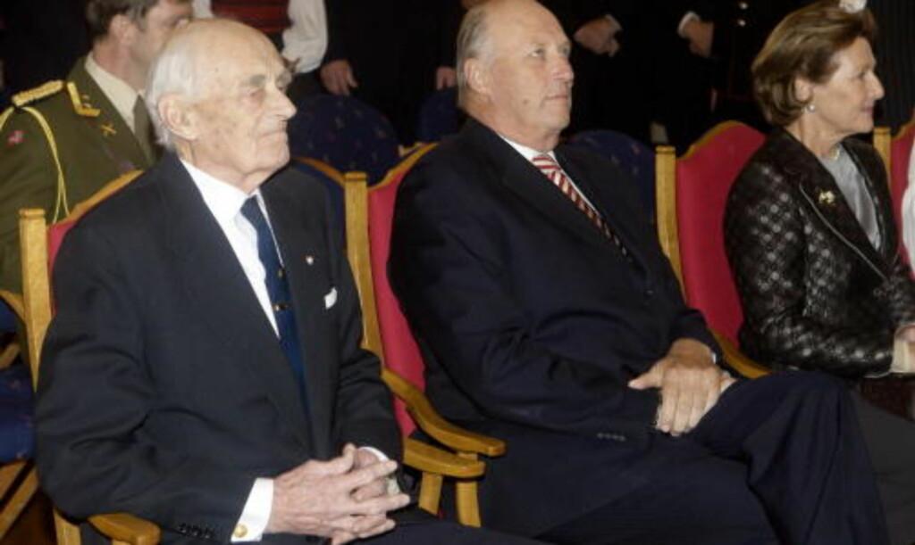 I BURSDAGEN: Kong Harald og dronning Sonja var til stede i mottakelsen i anldning 90-årsdagen til krigsveteranen Jens Anton Poulsson (t.v.). Poulsson var med i kompani Linge og var en av lederne for sprengningen av tungtvannsanlegget på Vemork under 2. verdenskrig. Foto: Morten Holm/SCANPIX