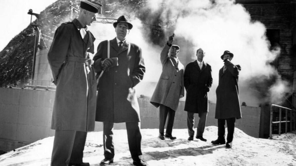 I 1964: Noen av tungtvanns-sabotørene fra Kompani Linge tilbake på gamle tomter i anlegget på Vemork, der de utførte en av krigens mest berømte sabotasjer. Sabotasjen mot tungtvannsfabrikken på Vemork ved Rjukan fant sted natt til 28 februar 1943. Produksjonen av tungtvann var av stor betydning for de tyske forsøk på å framstille atomvåpen. Fra v: Jens Anton Poulsson, Knut Haukelid, Overingeniør og omviser Larsen, Knut Lier Hansen og Knut M. Haugland.  Foto: Aage Storløkken/Aktuell/Scanpix
