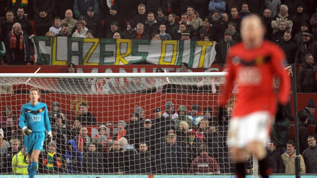GLAZER-PROTEST: Manchester United-fansen bruker fargene til klubben forløper Newton Heath for å vise sin avsky for eierne. Foto: AFP/ANDREW YATES.