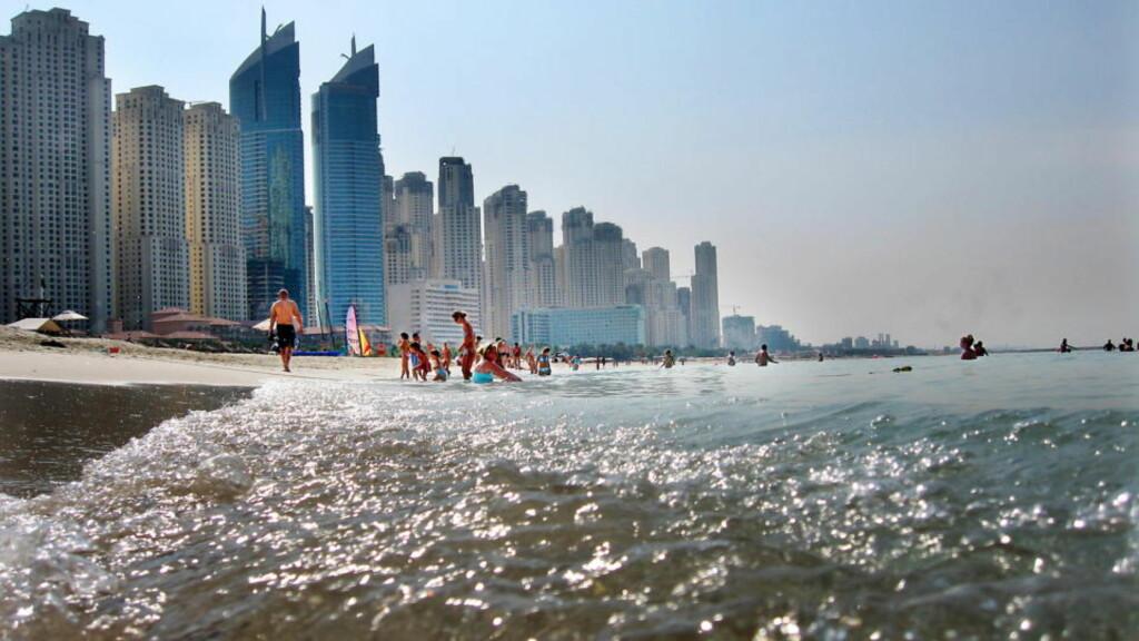 OPPTUR: Turister nyter stranden på Jumeirah Beach i Dubai. Men emiratet sliter med gjeld og minkende oljereserve. Derfor kommer dagens nyheter som en lettelse på myndighetene. Foto : Hans A Vedlog/Dagbladet