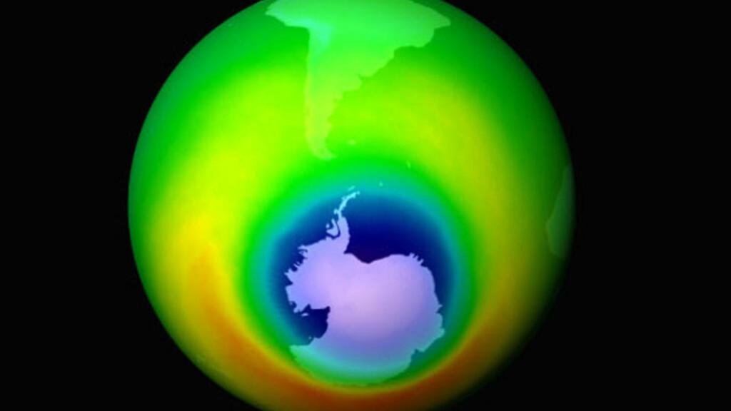 HULL OVER ANTARKTIS: Denne grafikken fra oktober 1999 er laget av data fra NASAs Total Ozone Mapping Spectrometer (TOMS). Områdene i blått viser hullet i ozonlaget som utvidet seg. Transporten fra ekvator mot polene varierer gjennom året og er mest effektiv om vinteren. Dette er hovedgrunnen til de store årlige variasjonen i ozonlaget, hvor man har et maksimum tidlig om våren. På den sørlige halvkule kommer dette maksimum litt senere på våren enn på den nordlige. Foto: AP/NASA