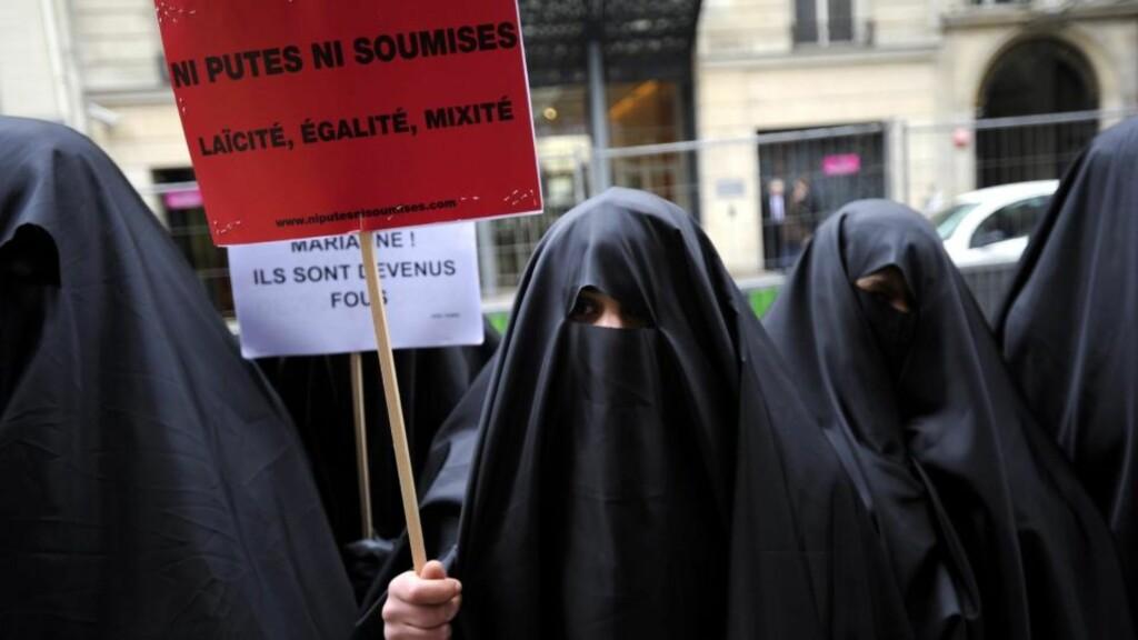 BRENNHETT TEMA: Demonstranter i Paris demonstrerer for sekularitet, likhet og blanding 26. januar i år. Et regjeringsoppnevnt utvalg leverte i januar en inntilling til det franske parlamentet der de foreslår 18 tiltak for å begrense retten til å bære burka og niqab. Sikring mot ran og andre kriminelle handlinger på steder nevnes også som begrunnelse i rapporten. Foto: EPA/YOAN VALAT