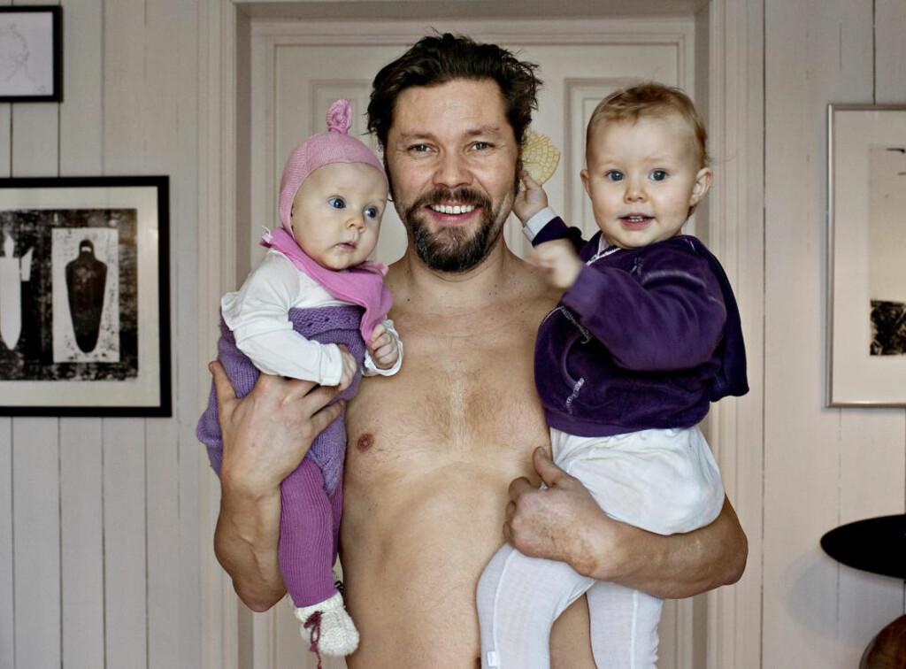 PAPPA: Endelig har skuespiller Stig Henrik Hoff råd til å være en god pappa for døtrene Rosalind (4 måneder) og Lily-Maxine.  Bildetekst: Stig Henrik Hoff og døtrene.  Foto: Mette Møller / Dagbladet