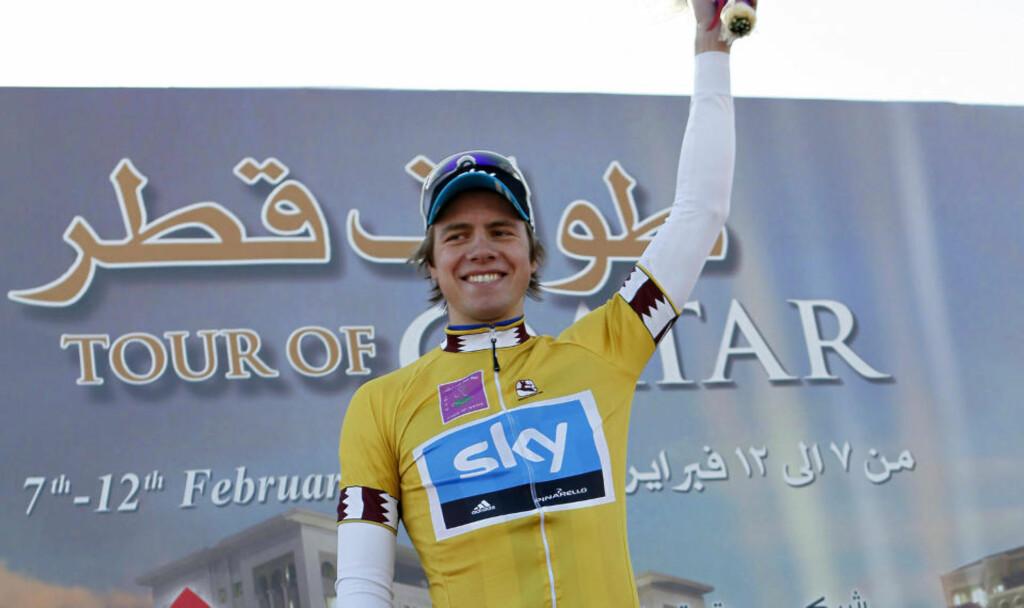 ÉN DAG I TET: Edvald Boasson Hagen sto øverst på pallen i går. I dag havnet han langt bak, på grunn av en punktering. Foto: AFP/KARIM JAAFAR