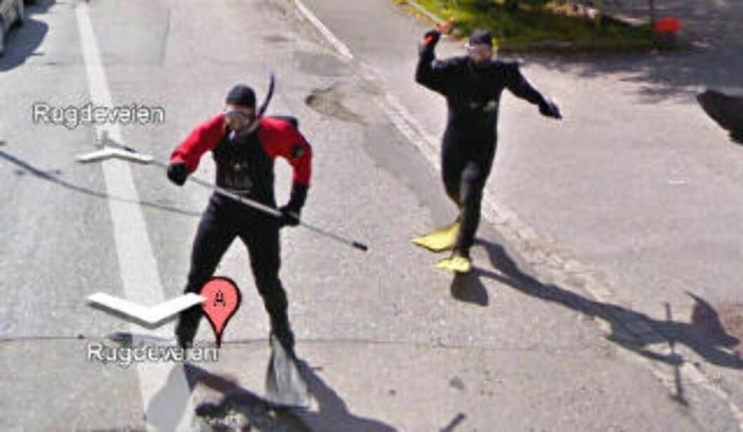 <strong>JAGES:</strong> Froskemennene utenfor Rugdeveien 39 prøvde å fange Google-bilen.