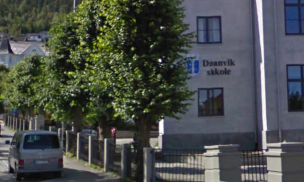 <strong>BOKSTAVHIKKE:</strong> Utenfor Danvik skole i Drammen har bilen tydeligvis fått litt hikke.