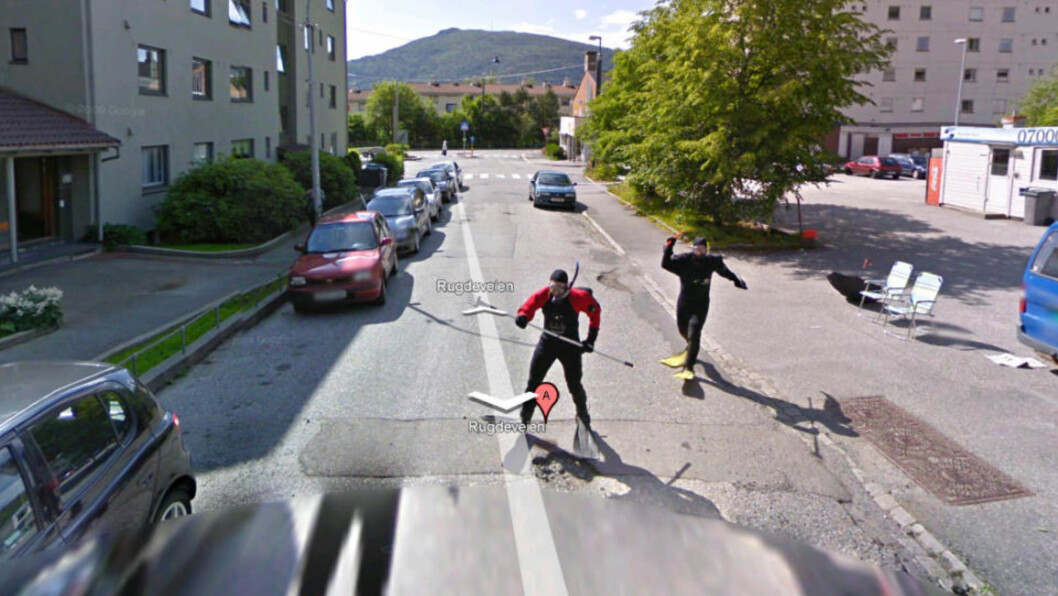 <strong>JAGET GOOGLE-BILEN:</strong>_  Dette bildet fra Rugdeveien i Bergen har gått sin seiersgang over hele nettet i dag.