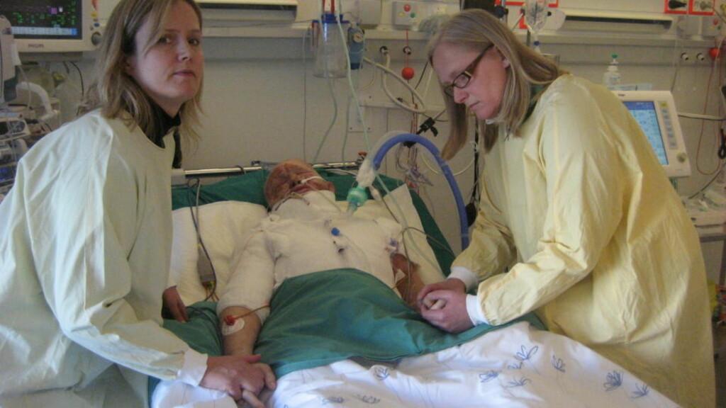 FORBRENT: Her ligger Elly Haugsand (77) sterkt forbrent på Haukeland universitetssykehus i Bergen. Oslo-kvinnen er omgitt av sine to døtre, Mona og Wenche Haugsand. FOTO: Privat